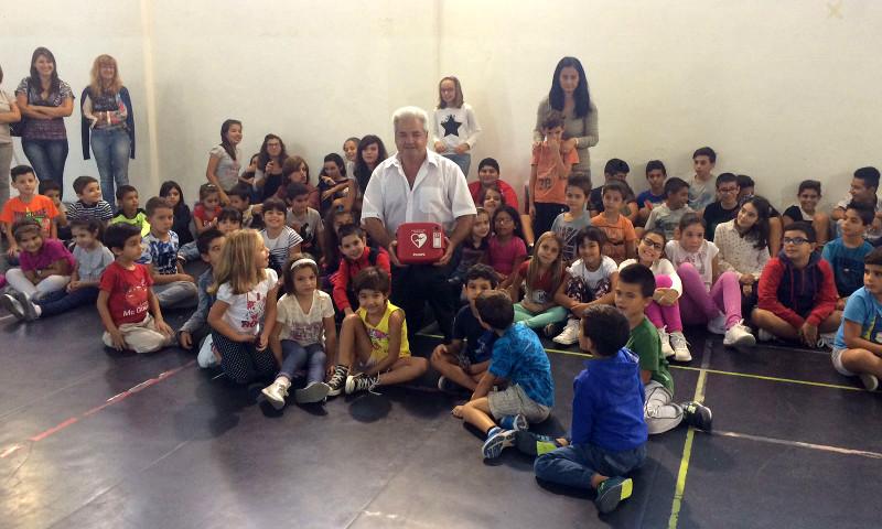 Leandro Matzedda con i bambini della Scuola primaria (Sant'Anna Arresi, 6 ottobre 2016)